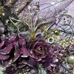 Violetissa Forever taulussa käytetty mm. pieniä muttereita, paperiruusuja, ompelulankaa ja kartonkileikkeitä